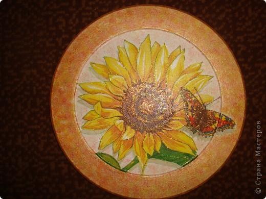 Люблю подсолнухи, была одна такая салфеточка,берегла,хотела сделать картиной в рамочке,а вышла опять тарелочка фото 2