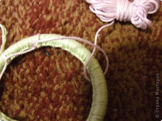 Потом делаем несколько узлов, как показано на фото. Затем Обрезаем розовую ( НО ТОЛЬКО КОРОТКУЮ ЧАСТЬ!!!!) так, чтобы без узла было где-то 3см. фото 14