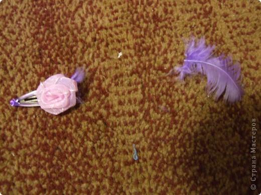 Потом делаем несколько узлов, как показано на фото. Затем Обрезаем розовую ( НО ТОЛЬКО КОРОТКУЮ ЧАСТЬ!!!!) так, чтобы без узла было где-то 3см. фото 19