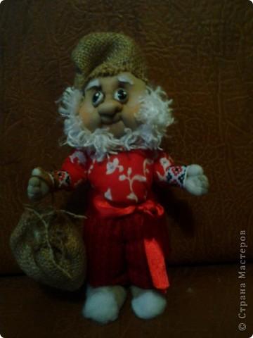 Бабушка-хранительница домашнего очага. Моя первая проба. Это как ребенок: задумывал одно, а плод трудов проявил свой характер, получилась бабушка. А уж одежки для кукол я все детство изобретала. фото 18