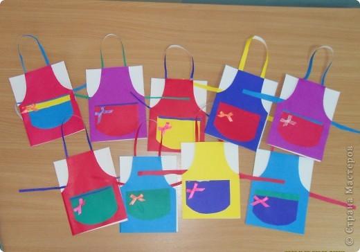 Вот такие открытки в виде фартуков мы приготовили с детьми 5-6 лет для бабушек на 8 марта. фото 1