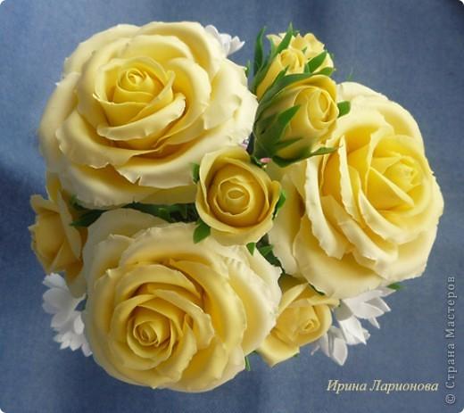 """или """"как меня уже замучили эти розы!""""...  Но ничего не поделаешь - королева цветов самый лучший подарок к 8-му марта :) Этот букетик жёлтых роз готовится в подарок маме. В этих розах я попробовала вылепить волнистые края. Вроде б ничего так получилось, нормально. Три веточки белых цветов слепились из Дековской глины в самом начале моего лепительного пути, да всё валялись без дела. Вот наконец-то я их приспособила. Вазочка отдекупажирована сотрудницей Ларисой Куц, за что ей огромное спасибо!  фото 2"""