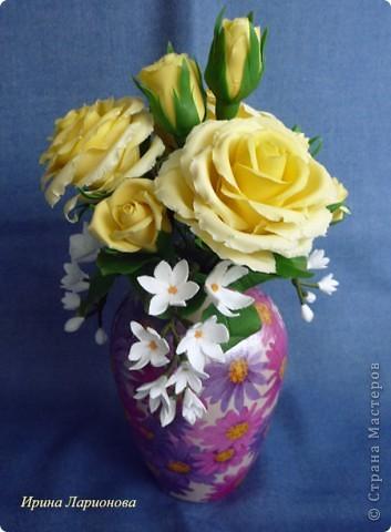 """или """"как меня уже замучили эти розы!""""...  Но ничего не поделаешь - королева цветов самый лучший подарок к 8-му марта :) Этот букетик жёлтых роз готовится в подарок маме. В этих розах я попробовала вылепить волнистые края. Вроде б ничего так получилось, нормально. Три веточки белых цветов слепились из Дековской глины в самом начале моего лепительного пути, да всё валялись без дела. Вот наконец-то я их приспособила. Вазочка отдекупажирована сотрудницей Ларисой Куц, за что ей огромное спасибо!  фото 1"""
