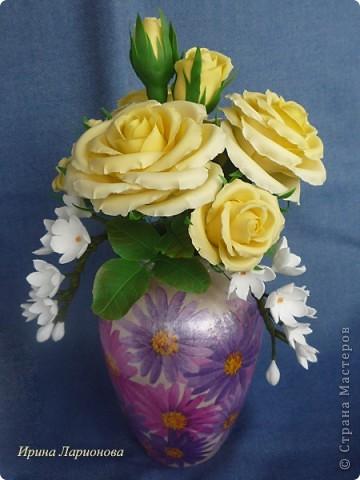 """или """"как меня уже замучили эти розы!""""...  Но ничего не поделаешь - королева цветов самый лучший подарок к 8-му марта :) Этот букетик жёлтых роз готовится в подарок маме. В этих розах я попробовала вылепить волнистые края. Вроде б ничего так получилось, нормально. Три веточки белых цветов слепились из Дековской глины в самом начале моего лепительного пути, да всё валялись без дела. Вот наконец-то я их приспособила. Вазочка отдекупажирована сотрудницей Ларисой Куц, за что ей огромное спасибо!  фото 3"""