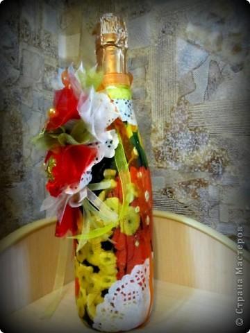 Здравствуйте милые мастерицы, представляю на ваш суд очередной презентик, по случаю оказалась у меня в руках бутылка шампанского,вот я и решила ,что надо ее приодеть,вот такой симбиоз декупажа со свит - дизайном.( походы налево в свит - дизайн дают о себе знать) фото 7