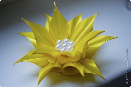я сделала этот цветок на 3-й день после моего первого знакомства с канзаши )  фото 2