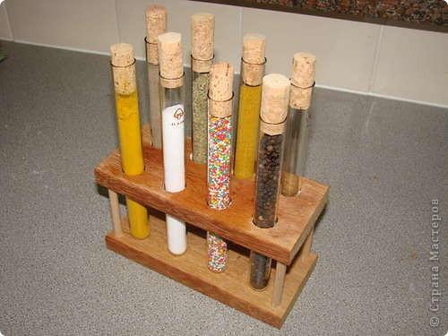 Вот такой оригинальный способ хранить специи. Чем кухня хуже лаборатории?