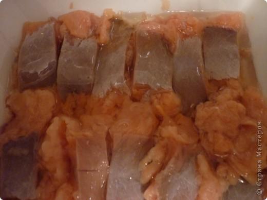 Красную рыбу ( форель или семгу) всегда солю сама .Горбушу никогда не покупала для засолки, думая что она очень сухая получиться. Но нашла этот рецепт ,при котором горбуша получается нежная и сочная.Попробовала и не разочаровалась. Делается быстро и пробовать можно через 1 час. фото 6