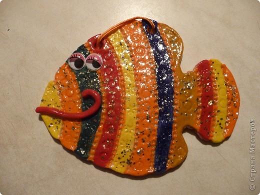 Здравствуйте! Это мои рыбки из соленого теста. Эта рыбка стоит на подставке. фото 13