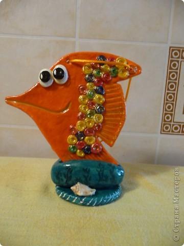 Здравствуйте! Это мои рыбки из соленого теста. Эта рыбка стоит на подставке. фото 1