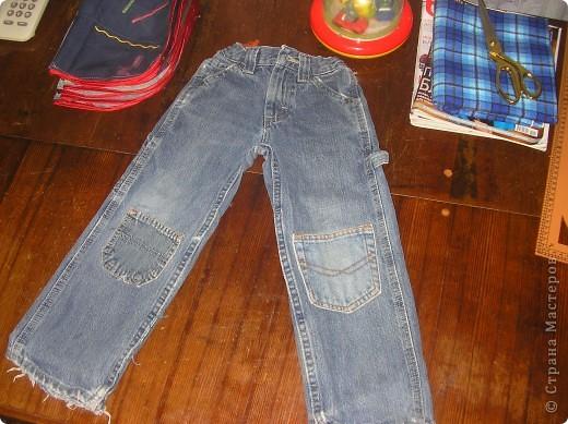Я никогда не выбрасываю старые джинсы. Потому, что из них могут получиться удобные и веселые пенальчики для раздаточного материала детям...молнии из джинсов прекрасно подойдут в качестве застежек для пенальчиков.... фото 2