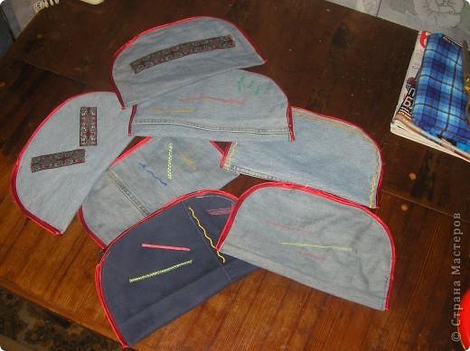 Я никогда не выбрасываю старые джинсы. Потому, что из них могут получиться удобные и веселые пенальчики для раздаточного материала детям...молнии из джинсов прекрасно подойдут в качестве застежек для пенальчиков.... фото 1