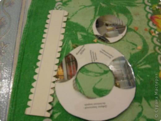Добрый день. Мы сделали с вами домового, а теперь сделаем для него шляпу. Можно шляпу связать, а я предлагаю вариант для тех кто не умеет вязать. Нам понадобится 1) картон, 2) мешковина. 3) клей ПВА 4) верёвка-шпагат. Картон нужен не очень плотный подойдёт даже открытка. Из картона вырезаем круг в диаметре 10-11см, вырезаем в нём середину диаметром 5 см. Отрезаем полоску картона длиной 18 см. шириной 4-5см. По длине с обоих сторон от края отступаем по 0,6см. и делаем зубчики чтобы удобно было приклеивать. фото 1