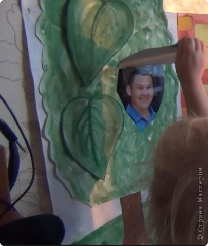 Вот такая газета на двухлетие дочки Но тут не просто рисунки, под каждым элементом спряталась фотография. И в домиках - в окошках, и на деревьях - под листочками, и на яхте - под парусами, и под цветочками, и в палатке, и в солнышке :) фото 3