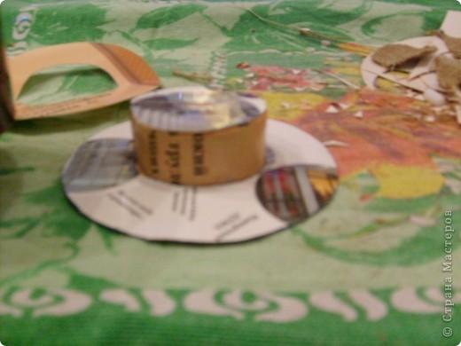 Добрый день. Мы сделали с вами домового, а теперь сделаем для него шляпу. Можно шляпу связать, а я предлагаю вариант для тех кто не умеет вязать. Нам понадобится 1) картон, 2) мешковина. 3) клей ПВА 4) верёвка-шпагат. Картон нужен не очень плотный подойдёт даже открытка. Из картона вырезаем круг в диаметре 10-11см, вырезаем в нём середину диаметром 5 см. Отрезаем полоску картона длиной 18 см. шириной 4-5см. По длине с обоих сторон от края отступаем по 0,6см. и делаем зубчики чтобы удобно было приклеивать. фото 5