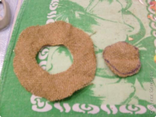 Добрый день. Мы сделали с вами домового, а теперь сделаем для него шляпу. Можно шляпу связать, а я предлагаю вариант для тех кто не умеет вязать. Нам понадобится 1) картон, 2) мешковина. 3) клей ПВА 4) верёвка-шпагат. Картон нужен не очень плотный подойдёт даже открытка. Из картона вырезаем круг в диаметре 10-11см, вырезаем в нём середину диаметром 5 см. Отрезаем полоску картона длиной 18 см. шириной 4-5см. По длине с обоих сторон от края отступаем по 0,6см. и делаем зубчики чтобы удобно было приклеивать. фото 6