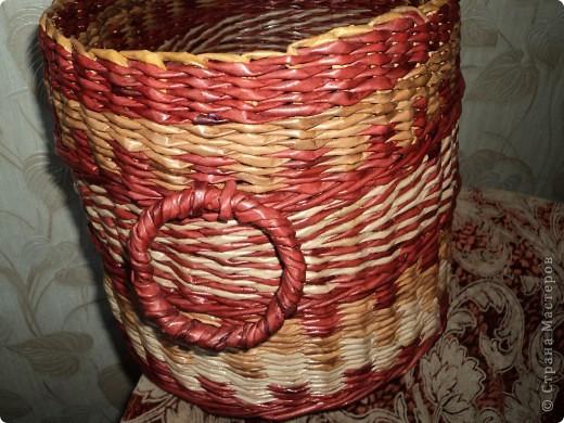Вот и я потихоньку просыпаюсь от зимней спячки.Сплела для себя на 8 марта  вот такой короб. Размер 40х26х26.Трубочки красила водными морилками Красное дерево,Дуб и Орегон еще до Нового года. Но поскольку они жили на балконе,сохранились отлично , во время плетения не  сломалась ни одна. Лак использовала для саун. фото 4