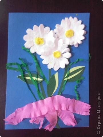 Эту открытку мы сделали с Кариной (5 лет) Решили порадовать маму букетом ромашек из ватных дисков. фото 1
