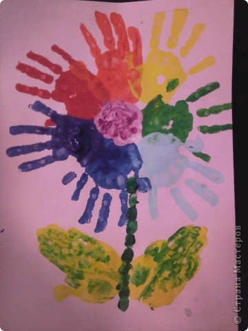 Эту открытку мы сделали с Кариной (5 лет) Решили порадовать маму букетом ромашек из ватных дисков. фото 2