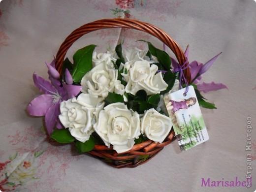 Композиция состоит из 11 белоснежных роз (очень мечтала их слепить) и двух лиловых клематисов с бутонами. фото 2