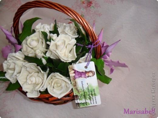 Композиция состоит из 11 белоснежных роз (очень мечтала их слепить) и двух лиловых клематисов с бутонами. фото 3