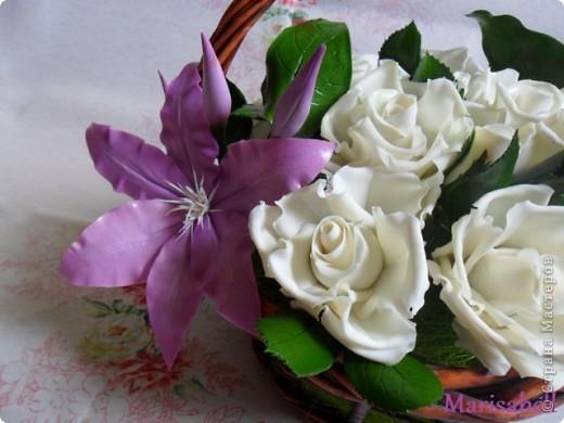 Композиция состоит из 11 белоснежных роз (очень мечтала их слепить) и двух лиловых клематисов с бутонами. фото 4