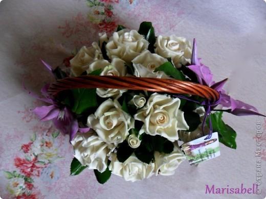 Композиция состоит из 11 белоснежных роз (очень мечтала их слепить) и двух лиловых клематисов с бутонами. фото 5