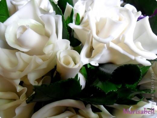 Композиция состоит из 11 белоснежных роз (очень мечтала их слепить) и двух лиловых клематисов с бутонами. фото 7