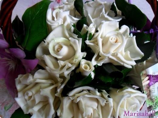 Композиция состоит из 11 белоснежных роз (очень мечтала их слепить) и двух лиловых клематисов с бутонами. фото 8