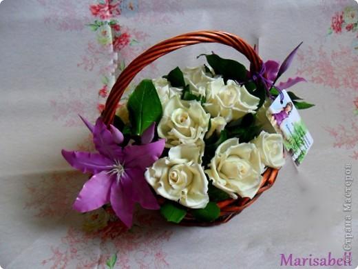 Композиция состоит из 11 белоснежных роз (очень мечтала их слепить) и двух лиловых клематисов с бутонами. фото 1