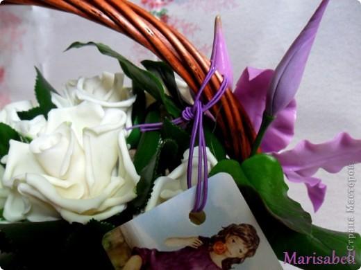 Композиция состоит из 11 белоснежных роз (очень мечтала их слепить) и двух лиловых клематисов с бутонами. фото 9