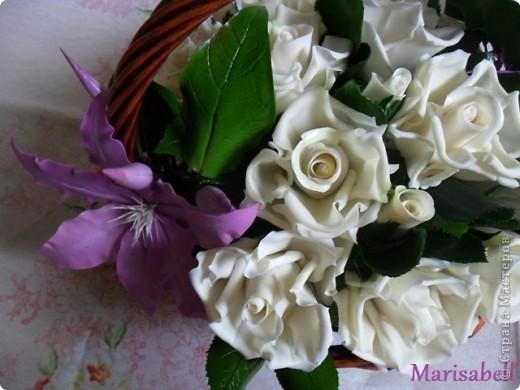 Композиция состоит из 11 белоснежных роз (очень мечтала их слепить) и двух лиловых клематисов с бутонами. фото 6