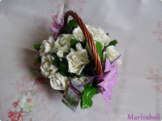 Композиция состоит из 11 белоснежных роз (очень мечтала их слепить) и двух лиловых клематисов с бутонами. фото 12