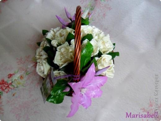 Композиция состоит из 11 белоснежных роз (очень мечтала их слепить) и двух лиловых клематисов с бутонами. фото 11