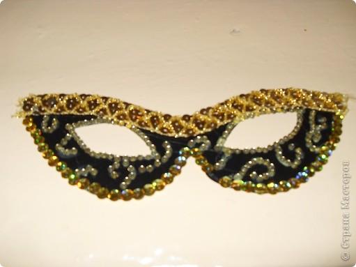 Эту маску я сделала из обычного чёрного картона,тесьмы,паеток и камушек(помоему это стеклярусы).