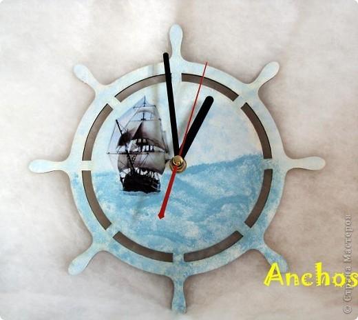 У подруги комната оформлена в морском стиле - стоит модель парусника, всякие интересности с морской тематикой. Поэтому я решила подарить ей на 8 марта морские часы. Надеюсь, ей понравится. фото 1