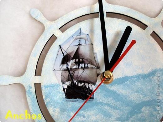 У подруги комната оформлена в морском стиле - стоит модель парусника, всякие интересности с морской тематикой. Поэтому я решила подарить ей на 8 марта морские часы. Надеюсь, ей понравится. фото 2