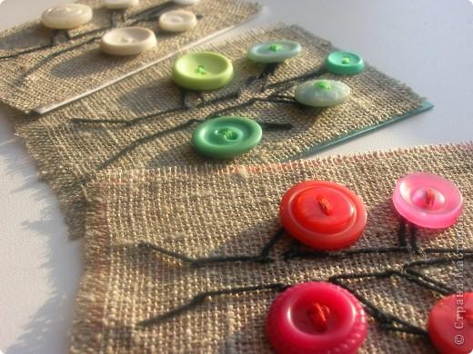"""Всем привет!  Мама сказала, что мне пора учиться шить, и начать с пришивания пуговиц.  В настоящее время пуговица -это обычная деталь одежды. И не многие знают о её первоначальном назначении. Пуговица была важным магическим амулетом, отпугивающим зло. В полые пуговицы помещали дробину или кусочек олова,  и тихий перезвон """"пугалки"""" при ходьбе был призван отгонять злых духов. Само слово """"пуговица"""" имеет общий корень со словом """"пугать"""". Со временем мода развивалась и внешний вид пуговицы менялся: она стала более похожа на привычный для нас круглый предмет с дырочками. Обережная функция отошла на второй план, пуговица являлась своеобразным носителем информации. По количеству и качеству пуговиц можно было определить статус человека, род его занятий, достаток. Стремясь показать уровень благосостояния, пуговицы стали нашивать в качестве украшения, без какого-либо функционального назначения. Из чего только их не делали: из драгоценных металлов, кости, дерева, кожи, хрусталя, стекла, жемчуга и перламутра, драгоценных и поделочных камней. Пуговицами дорожили, ведь зачастую они представляли собой полноценные ювелирные изделия. Их передавали по наследству, оставляли в приданое, прятали в качестве кладов. фото 3"""