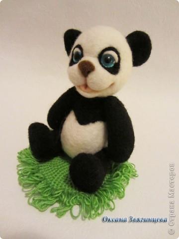 Очень люблю панд. Представляю вам одного из моих медвежат.Коврик авторский. Все лапки подвижные. фото 1
