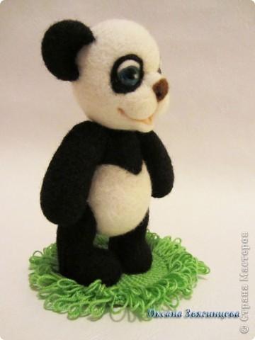 Очень люблю панд. Представляю вам одного из моих медвежат.Коврик авторский. Все лапки подвижные. фото 3
