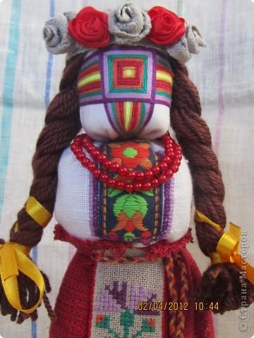 Попробовала первый раз сделать кукле-мотанке косы и венок. Косы из ниток мохер коричневого цвета, а венок - из тесьмы и  красной ленты. Тесьма  была узкая, серого цвета, из льна, с мережкой по середине.  фото 3