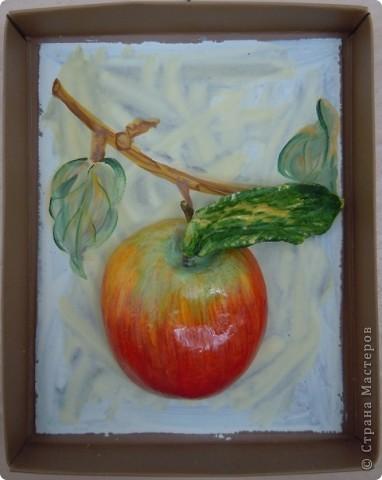 увидела в Стране Мастеров яблочки (Марина Архипова) и не смогла удержаться. теперь и меня есть. листик из старого теста лепила, не смогла его реанимировать, получился вымученный фото 1