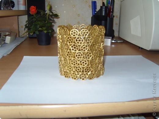 А вот такая карандашница из макарон в количестве 3 штук ушла в подарок моим сослуживцам на работе, слизала идею где-то здесь на сайте только там декорировались жестяные банки а я пошла дальше и зделала независимую конструкцию фото 1