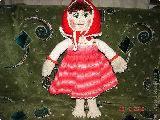 """Мня ,недавно, попросили связать куклу ко дню рождения  маленькой девочки.Я долго думала ,ну какую куклу можно связать годовалому ребенку,а потом заметила с каким интересом мой младший сыночек смотрит мультфильм """"Маша и медведь""""(ему тоже недавно исполнился годик).В результате связалась вот такая Маша.  фото 1"""