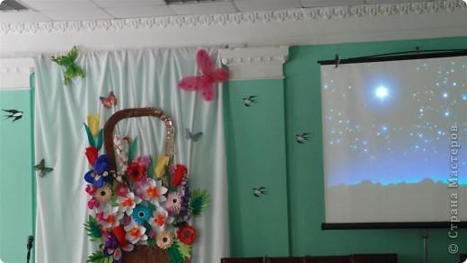 Вот так была украшена сцена к празднику 8 марта. фото 2