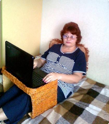Вот такой столик под ноутбук я соорудила, чтобы ставить его на ноги, когда сижу перед телевизором, или в постель, чтобы смотреть фильмы онлайн. фото 3