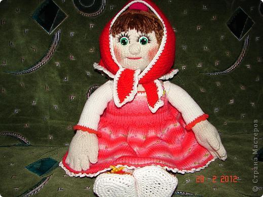 """Мня ,недавно, попросили связать куклу ко дню рождения  маленькой девочки.Я долго думала ,ну какую куклу можно связать годовалому ребенку,а потом заметила с каким интересом мой младший сыночек смотрит мультфильм """"Маша и медведь""""(ему тоже недавно исполнился годик).В результате связалась вот такая Маша.  фото 6"""