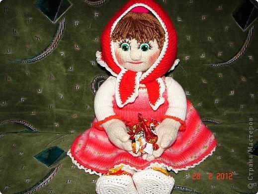 """Мня ,недавно, попросили связать куклу ко дню рождения  маленькой девочки.Я долго думала ,ну какую куклу можно связать годовалому ребенку,а потом заметила с каким интересом мой младший сыночек смотрит мультфильм """"Маша и медведь""""(ему тоже недавно исполнился годик).В результате связалась вот такая Маша.  фото 7"""
