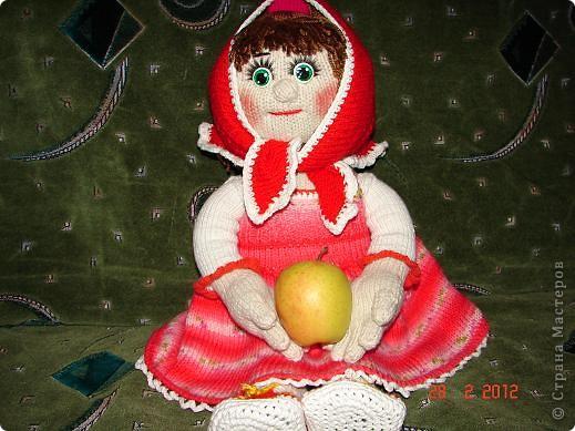 """Мня ,недавно, попросили связать куклу ко дню рождения  маленькой девочки.Я долго думала ,ну какую куклу можно связать годовалому ребенку,а потом заметила с каким интересом мой младший сыночек смотрит мультфильм """"Маша и медведь""""(ему тоже недавно исполнился годик).В результате связалась вот такая Маша.  фото 8"""