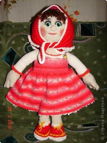 """Мня ,недавно, попросили связать куклу ко дню рождения  маленькой девочки.Я долго думала ,ну какую куклу можно связать годовалому ребенку,а потом заметила с каким интересом мой младший сыночек смотрит мультфильм """"Маша и медведь""""(ему тоже недавно исполнился годик).В результате связалась вот такая Маша.  фото 3"""